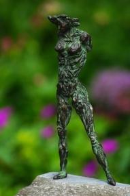 bronzen beeldje under the skin